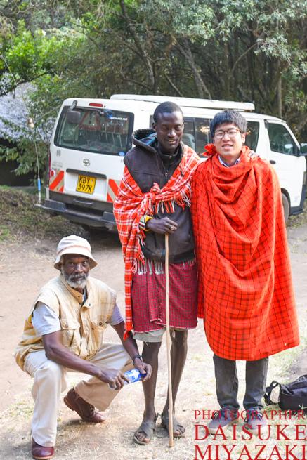 マサイ族と運転手と記念撮影