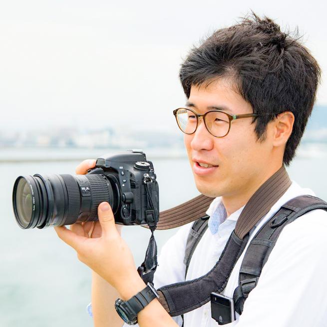 一眼レフカメラを握る宮﨑大輔