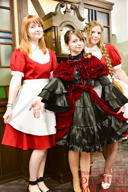 美しすぎるロシア人コスプレーヤーのメイドカフェで働くメイドさん3名