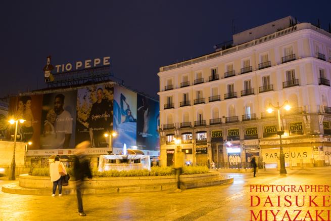 マドリードのソル広場を歩く人