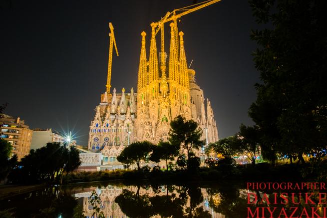 スペインのおすすめ絶景スポット!バルセロナのサグラダファミリアは夜ライトアップの鏡張り写真を撮影すべき