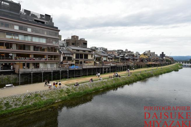 京都の鴨川に座るカップル