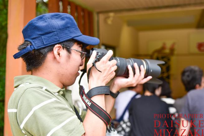 望遠レンズを使うカメラマン