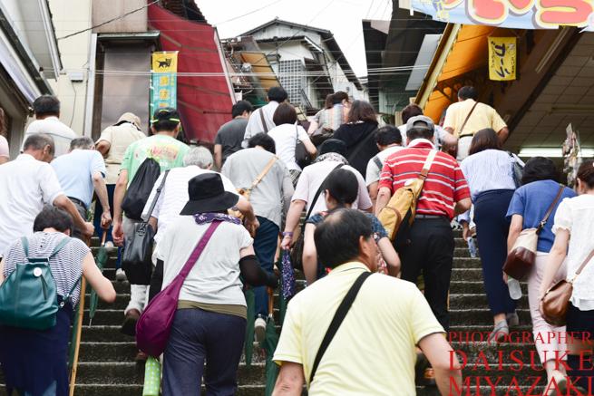 階段を登る観光客