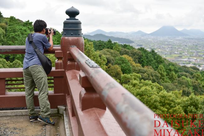 高台から撮影するカメラマン