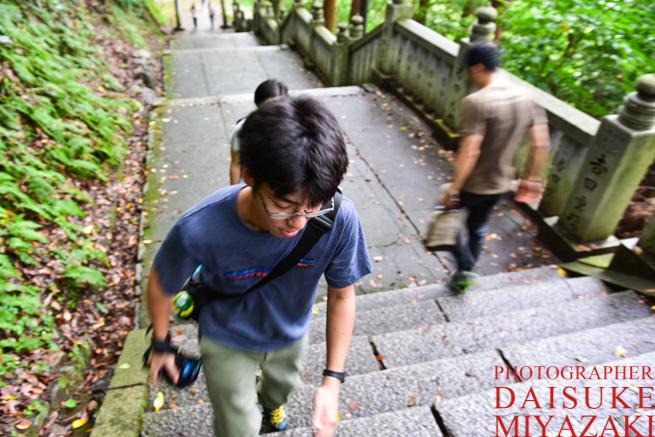 階段を駆け上る人