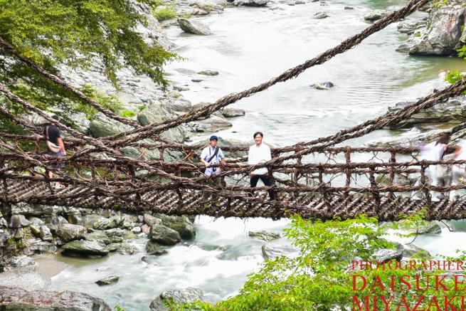 かずら橋で記念撮影