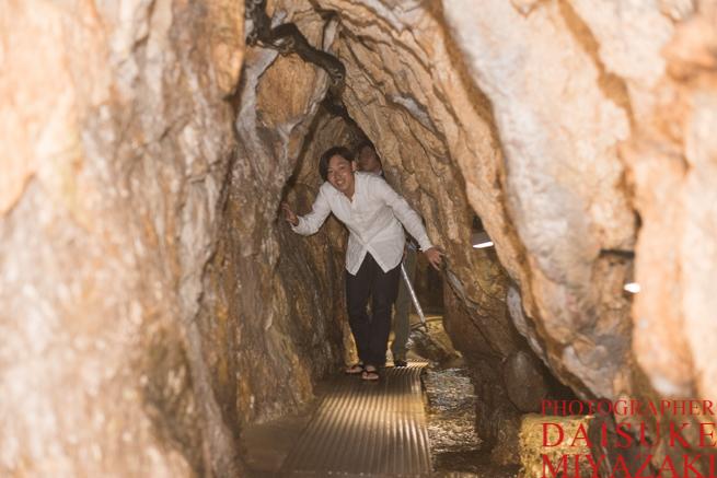 鍾乳洞を歩く観光客