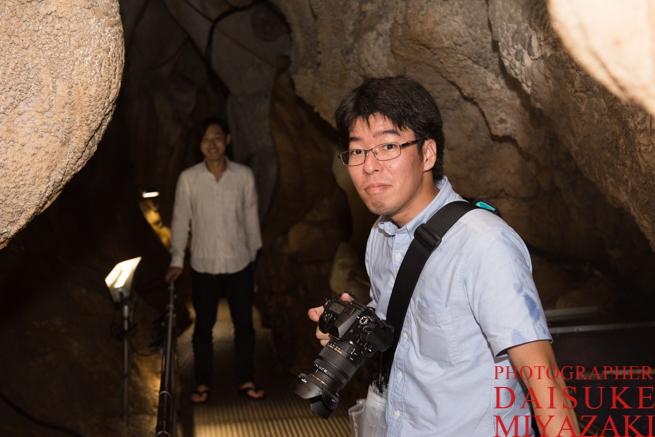 鍾乳洞で撮影するカメラマンとモデル