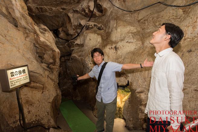 鍾乳洞を観光する観光客