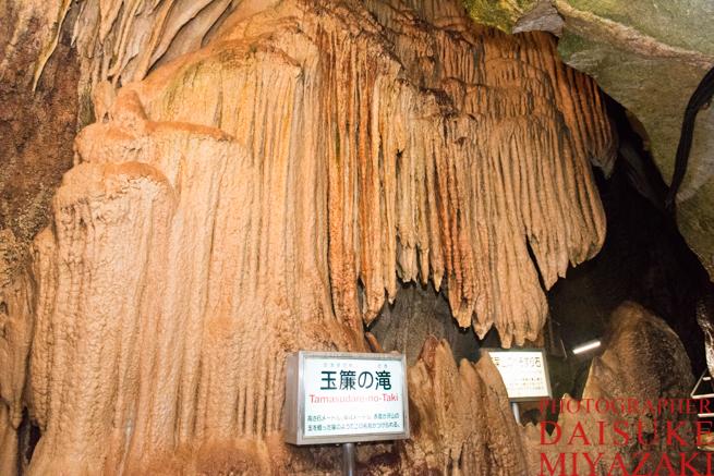 鍾乳洞の巨大な石