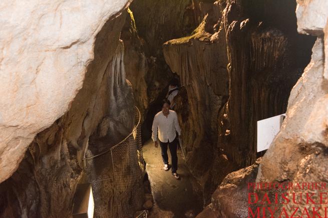龍河洞を歩く観光客
