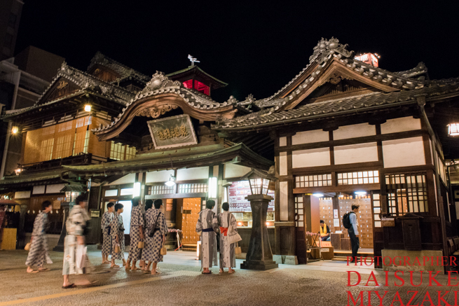 道後温泉の入り口に集まる観光客