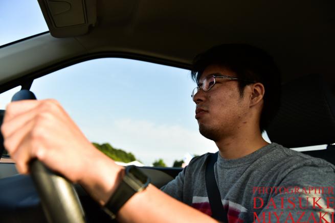車を運転する
