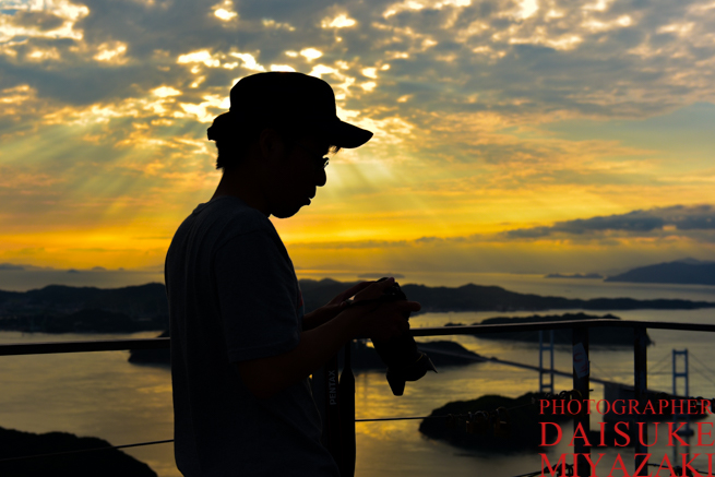 しまなみ海道の夕陽とカメラマン
