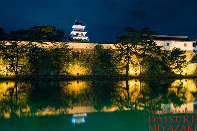 今治城の堀の夜景写真