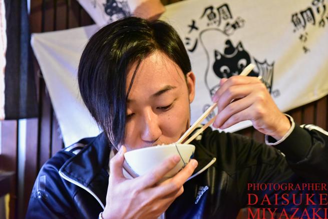 鯛飯を食べる男