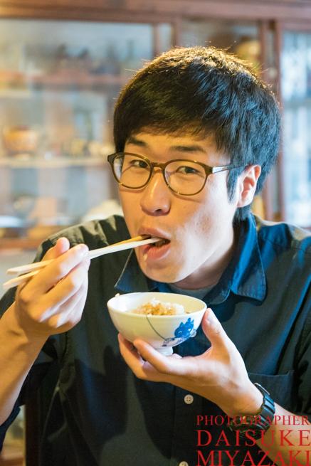 鯛飯を食べる