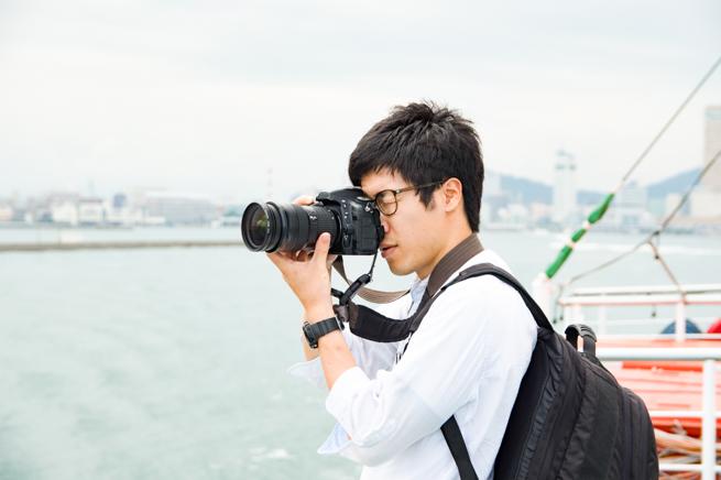 一眼レフカメラを構える私