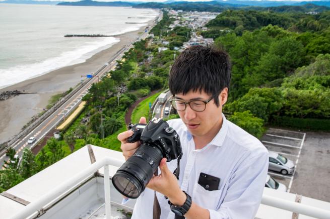 写真を確認するカメラマン