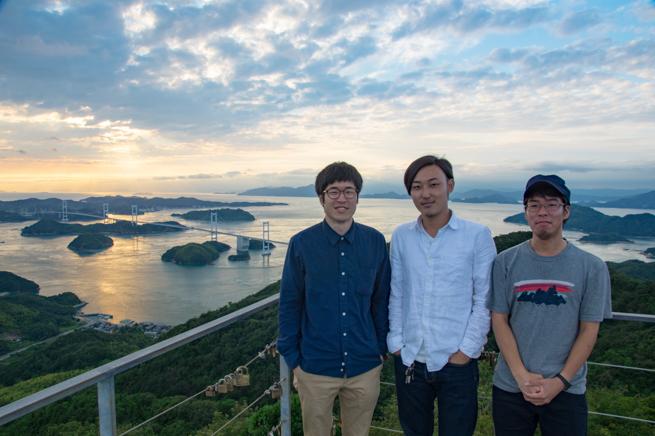 しまなみ海道の夕陽をバックに記念撮影