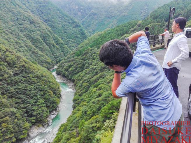 風景写真を撮るカメラマン