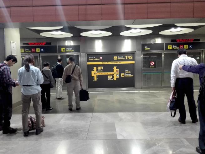 マドリード空港のターミナル移動は電車