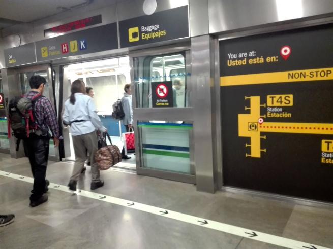 マドリード空港の電車に乗る