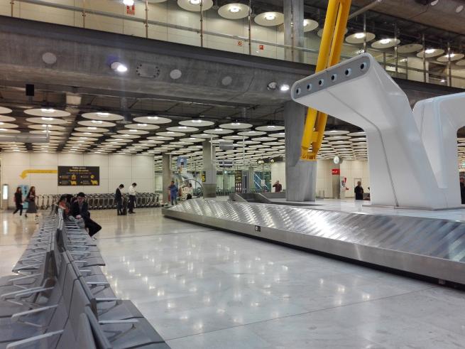 マドリード空港で荷物を受け取る