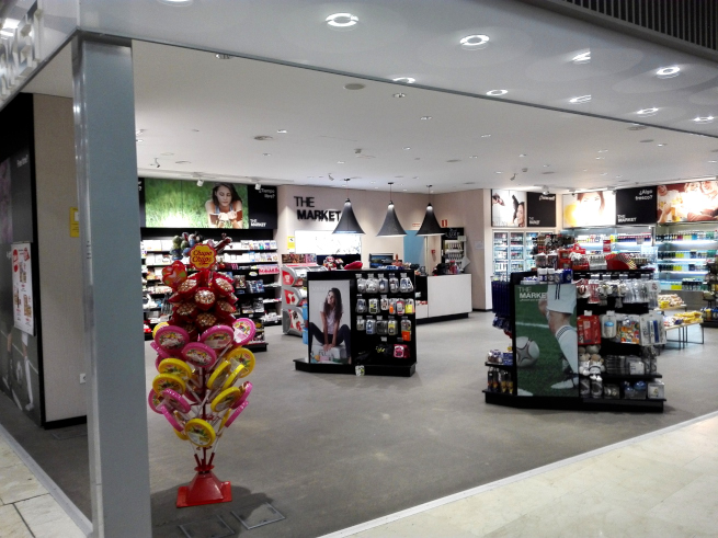 マドリード空港でSIMカードの支払いをする店
