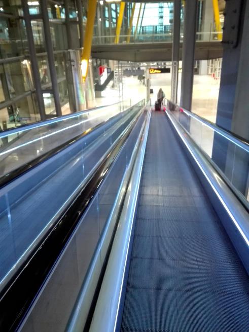 マドリード空港の地下鉄乗り場への道