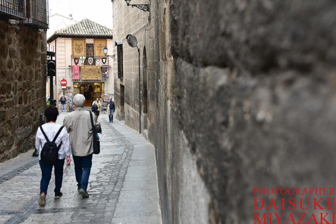 トレドの道を歩く観光客