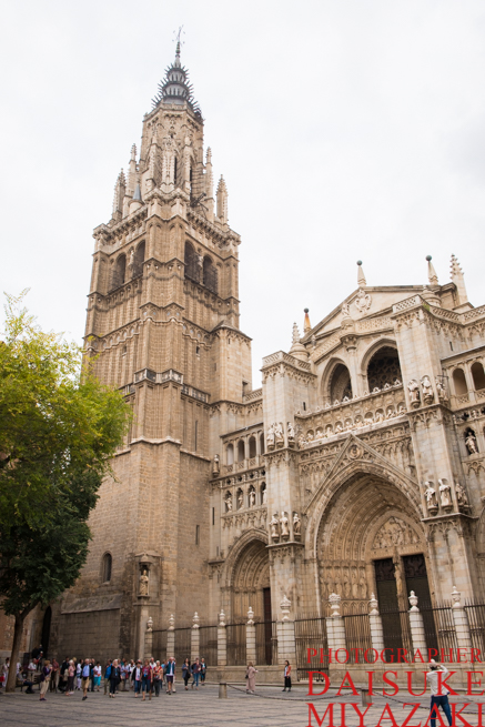 トレドの大聖堂と観光客