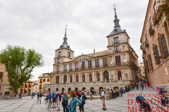 トレドの大聖堂を眺める観光客