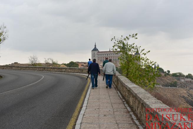 トレドの道を撮影ポイントへ向けて歩く