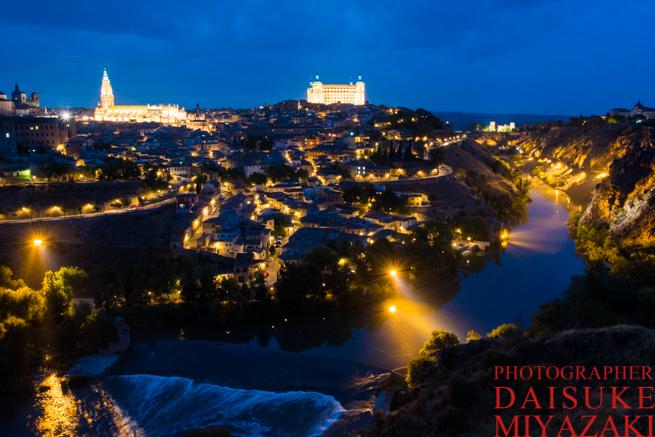 トレドの城と夜景と川