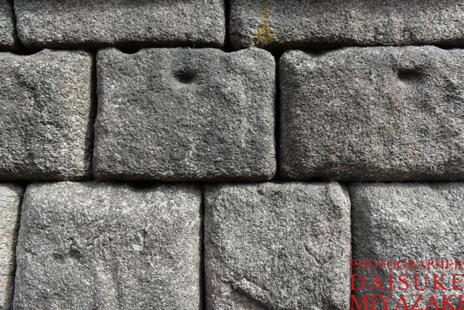 水道橋の石には点がある