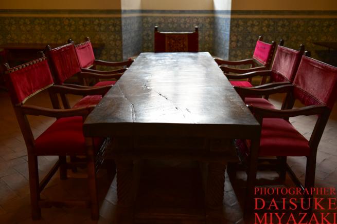 古いテーブルと椅子