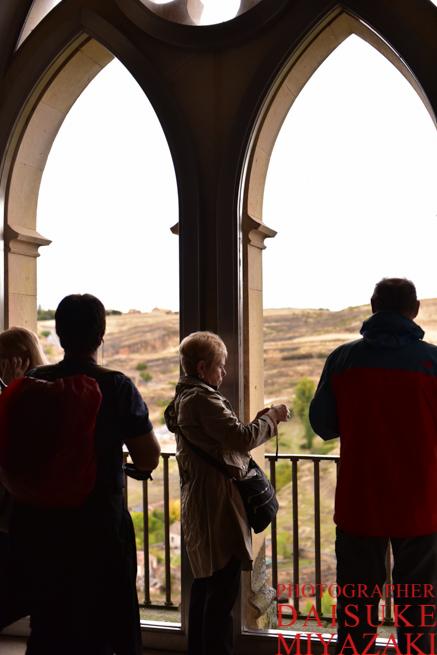セゴビア城の窓から撮影する観光客