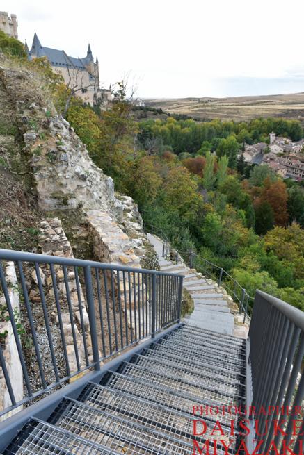 セゴビア城の下に向かう道