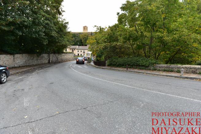 セゴビア城の下の道