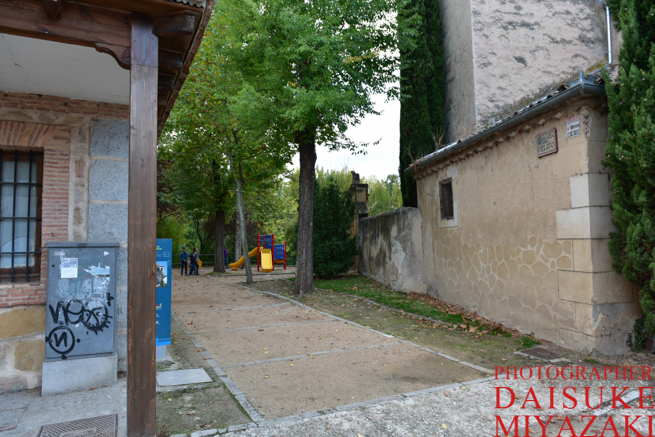 セゴビア城の絶景撮影ポイントに続く公園