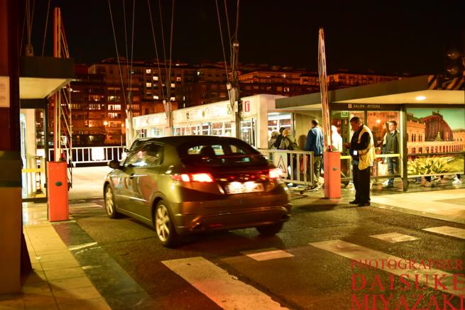ビスカヤ橋に乗り込む車