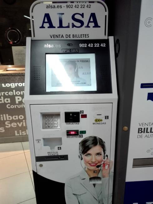 テレビ電話でチケットを購入できる機械