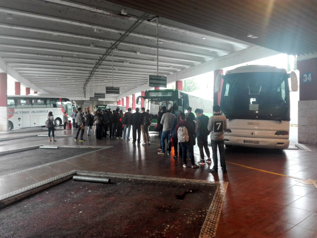 マドリードからトレドに到着したバス