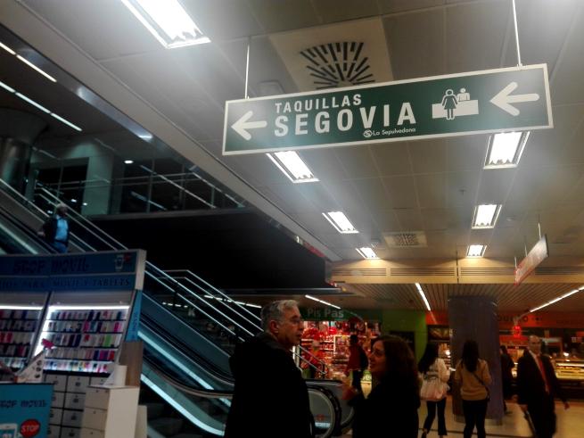 セゴビア行きのバスの看板