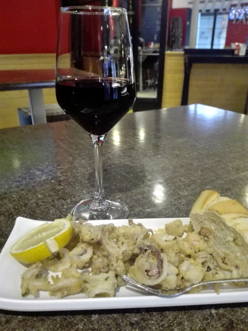 インダーロの赤ワインとタパス