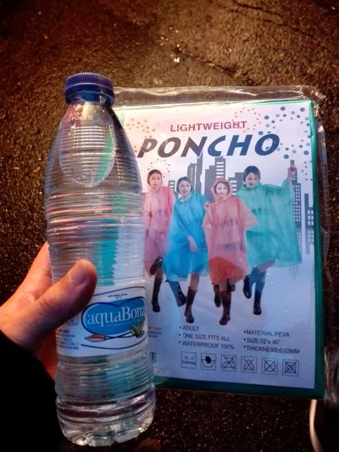 サンティアゴベルナベウで買ったポンチョと水