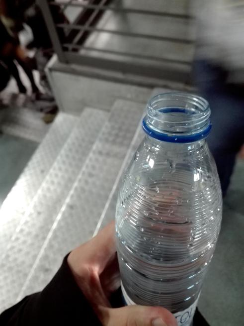 サンティアゴベルナベウはペットボトルの蓋禁止