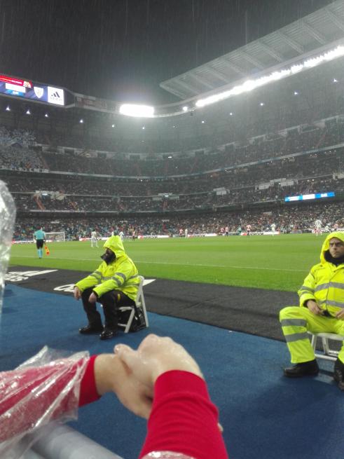 サッカーを見るサポーター